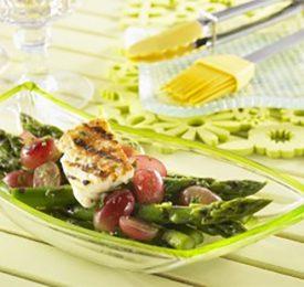 Asperges grillées, raisins et haloumi avec vinaigrette au citron