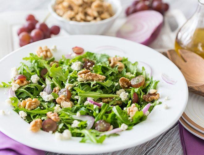 Salade de roquette, noix et vinaigrette balsamique aux figues