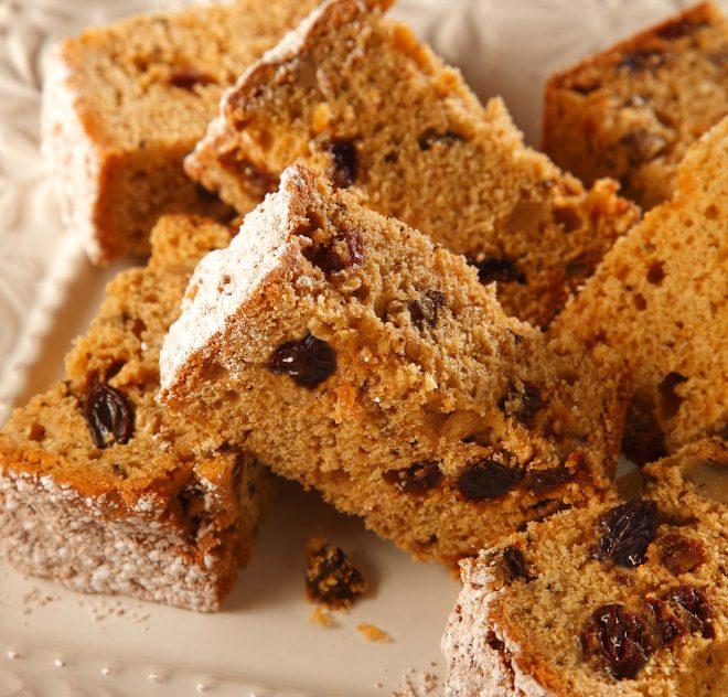 Carrés de pain aux patates douces et aux raisins secs