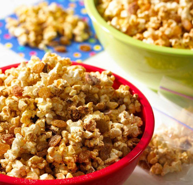 Mélange de maïs soufflé au goût de tarte à la citrouille avec raisins secs
