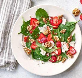 Salade d'épinards, de noix et de fraises