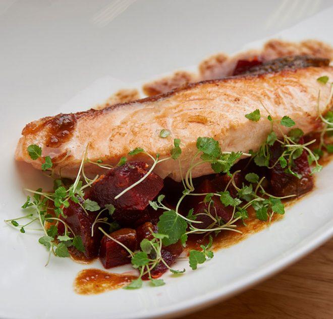 Saumon en sauce aigre-douce aux pruneaux et salade de betteraves