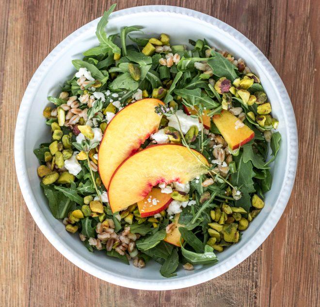 Salade estivale aux pistaches Wonderful avec nectarines fraîches et roquette