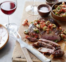 Bifteck de faux-filet poêlé avec sauce aux tomates et olives