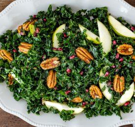 Salade de pacanes, de poires, de grenade et de chou frisé (kale)