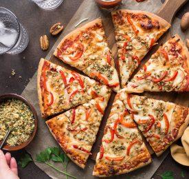 Pizza garnie de fines herbes aux pacanes